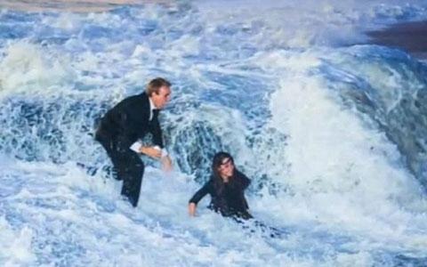 Casal é pego por onda gigante durante pedido de casamento