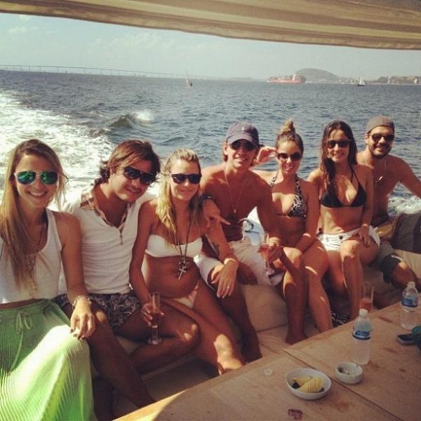 Ex-BBB Marien posa de biquíni ao lado de amigas em barco