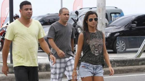 Ronaldo discute alto nova namorada  na porta de restaurante chique