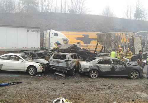 Engavetamento com 95 carros deixa três mortos e mais feridos nos EUA