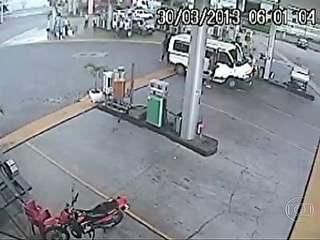 Ação de suspeitos de estupro em van é filmada por câmera de posto