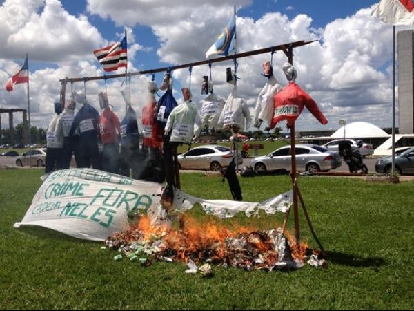 Em ato contra corrupção, grupo queima bonecos de políticos