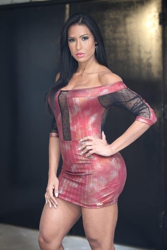 Gracyanne Barbosa exibe corpo malhado em ensaio fotográfico