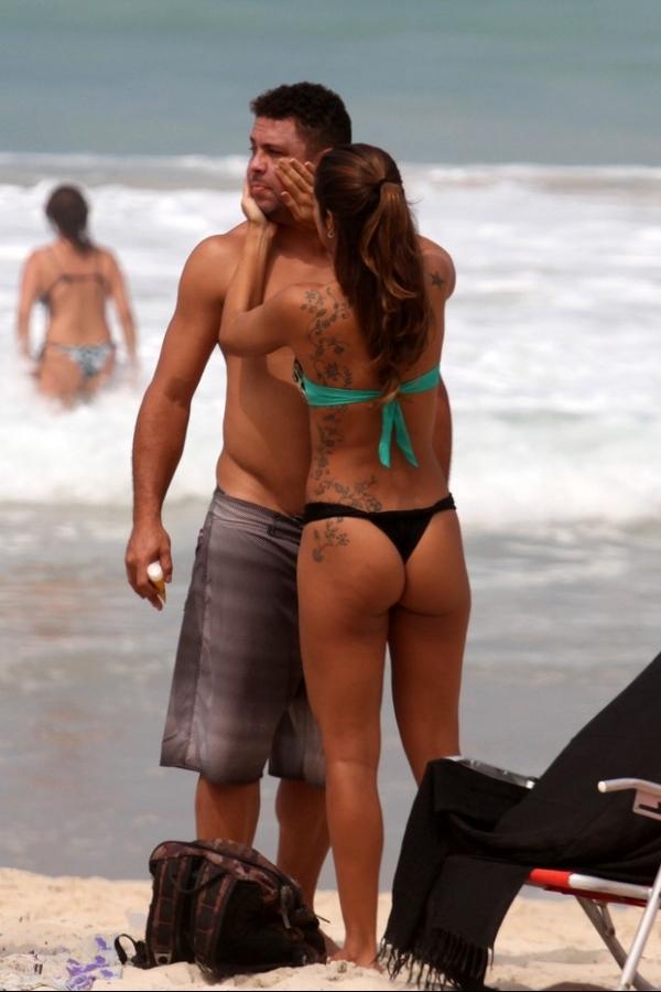 Só love, só love...Ronaldo Fenômeno troca beijos com a namorada em praia carioca; fotos!