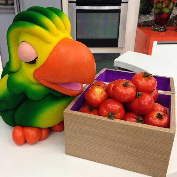 Ana Maria Braga satiriza preço de tomate e usa colar com o fruto