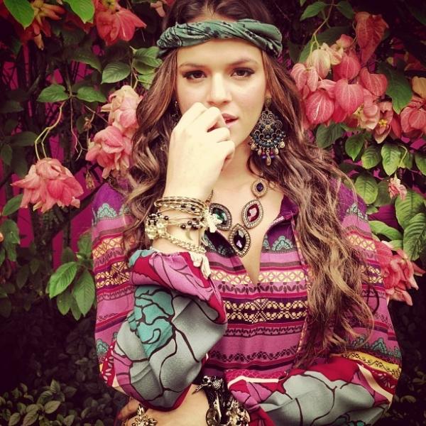 Bruna Marquezine posa com visual hippie