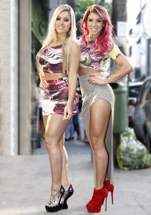 Com as pernas de fora, Aryane Steinkopf eThais Bianca vão a evento