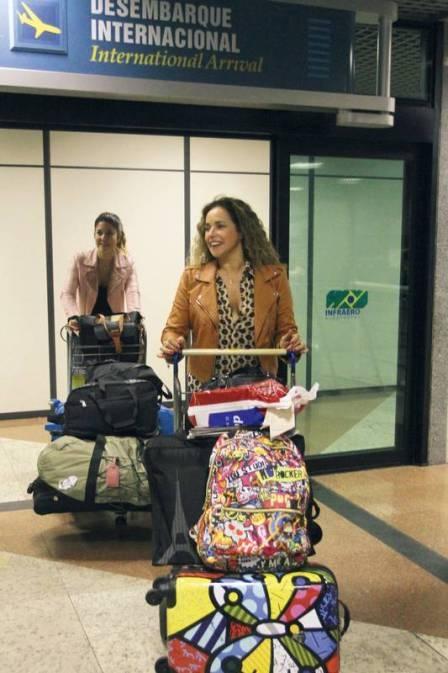 Daniela Mercury e esposa já estão no Brasil após viagem pela Europa