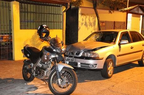 Irado, cliente de bar pega carro e atropela ladrões sem piedade