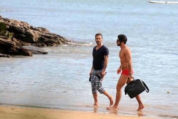 Marc Jacobs aproveita praia de Búzios ao lado do namorado