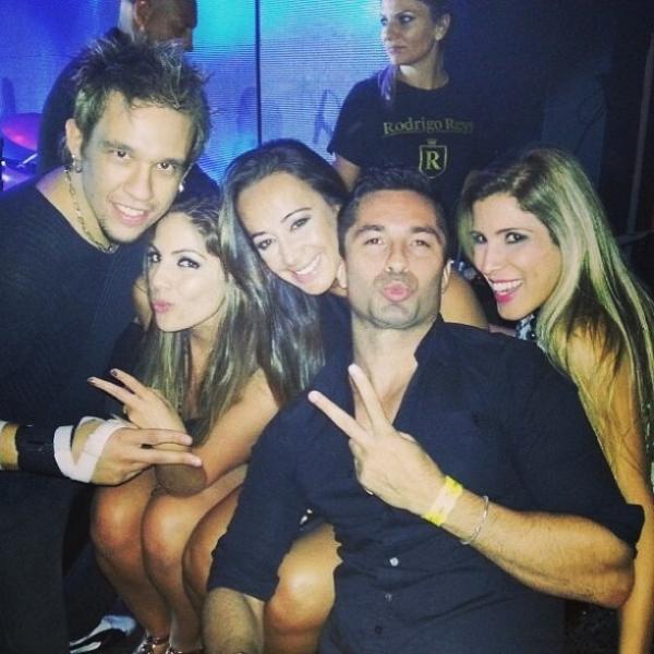 Ex-BBBs Fani, Anamara, Ton e Milena se divertem em boate