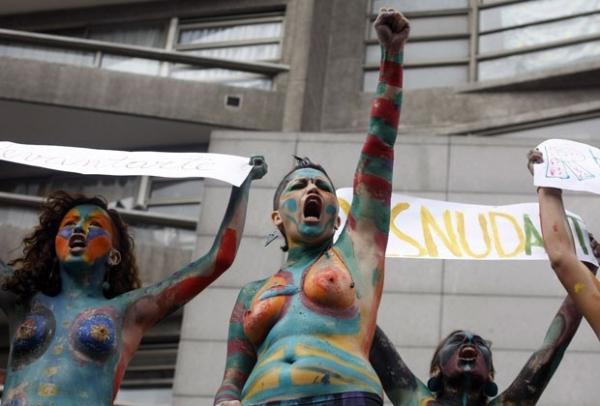 Manifestantes de topless apoiam protesto de estudantes no Chile