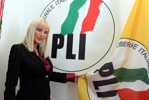 Cicciolina, ex-atriz pornô, volta à política e se torna candidata liberal