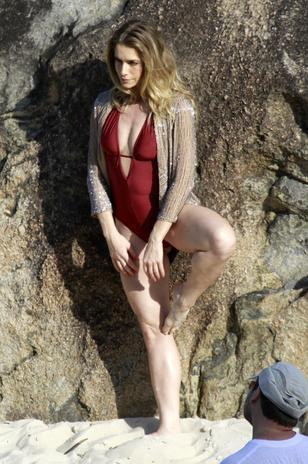 De biquíni, Letícia Spiller posa para ensaio e faz balé à beira mar