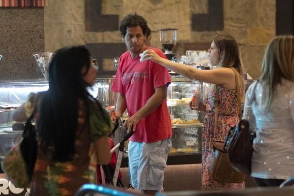 De vestidão, Carolinie Figueiredo passeia com a filhinha e com o marido