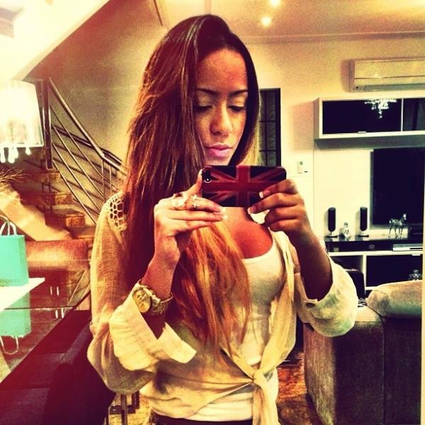 Decotada, irmã de Neymar posta foto em rede social