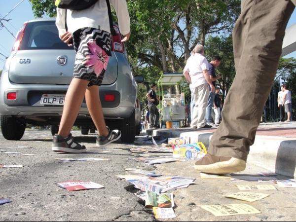 Eleitora pede indenização de R$ 432 mil a políticos, após escorregar em santinhos