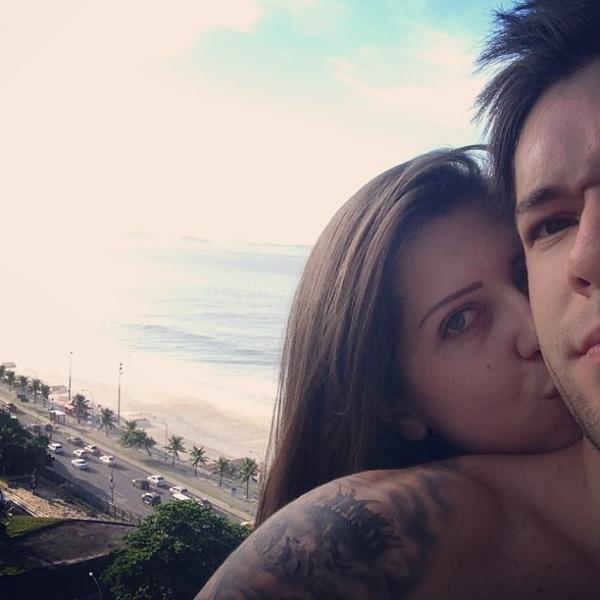 Ex-BBB Andressa dá beijinho em Nasser em hotel