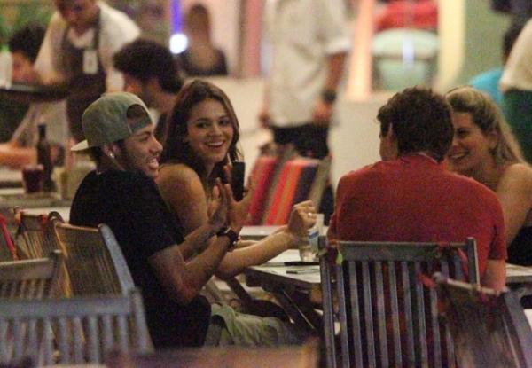 Piadas de Neymar divertem Bruna Marquezine e amigos em restaurante