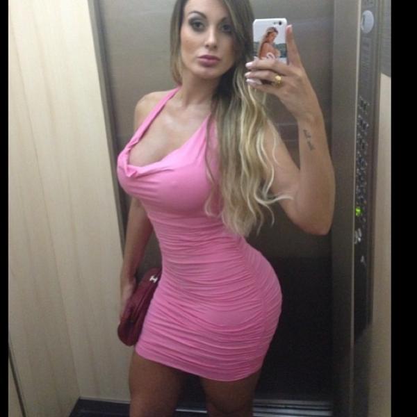 Andressa Urach escolhe modelito superjusto para balada
