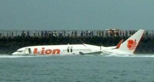 Avião com mais de 100 pessoas faz pouso forçado no mar, em Bali