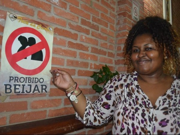 Casa de samba de São Carlos proíbe beijo na boca para garantir o respeito