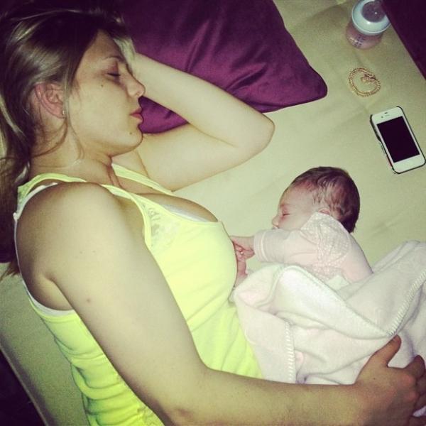 Com seios fartos, Sheila Mello posta foto deitada ao lado da filha