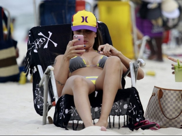 De biquininho, ex-panicat Lizi Benites curte dia de praia no Rio