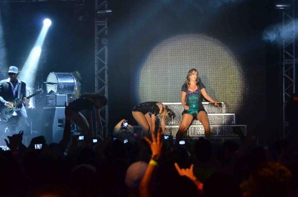 De tomara que caia, Sabrina Sato se diverte em show de Ivete Sangalo