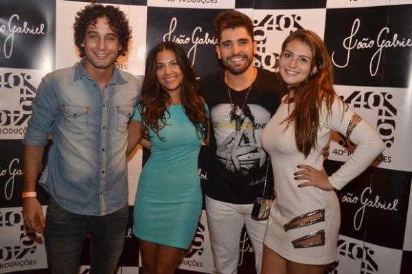 Ex-BBB Gyselle Soares curte balada no Rio