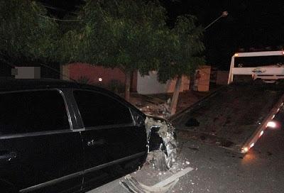 Motorista perde controle e colide em poste na avenida Pinheiro Machado