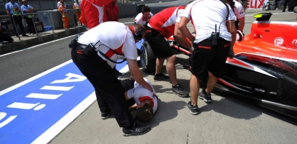 Piloto erra ao parar nos boxes e atropela mecânico de sua equipe
