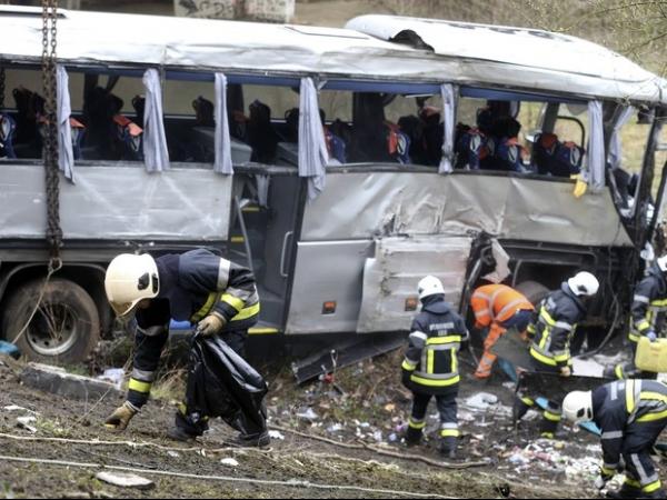 Ônibus com adolescentes rumo a Paris despenca deixando 5 mortos