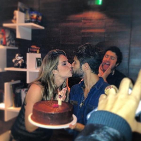 Bruno Gagliasso ganha bolo e beijão da mulher no aniversário