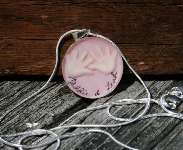 Designer de joias cria colar com detalhes feitos com leite materno