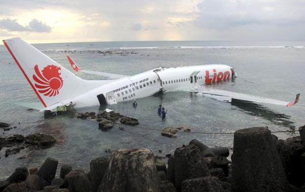 Pilotos de avião que aterrisou no mar em Bali realizarão testes de drogas