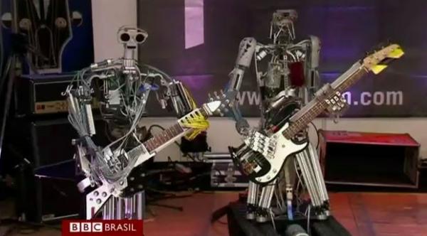 Banda só de robôs com integrantes feitos bem pesados toca heavy metal