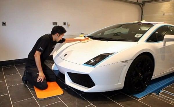 Lavagem de carro mais cara do mundo paga um modelo popular; veja a diferença de serviço