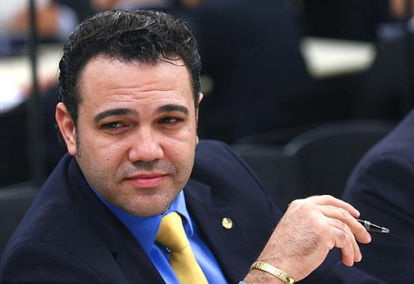 Pai de Dinho, do Mamonas Assassinas, processa deputado Marco Feliciano