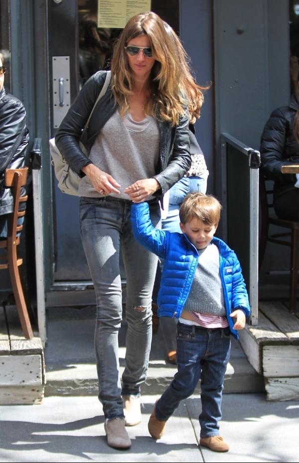 Sorridente, top Gisele Bündchen passeia com filhos em Nova York