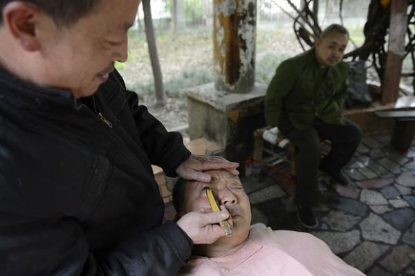 Barbeiro usa navalha para limpar parte da pálpebra de cliente; fotos