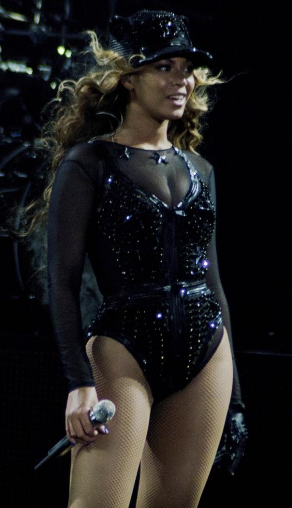 Beyoncé estreia nova turnê com look cavadíssimo e desenho de seios