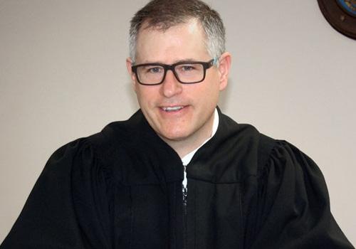 Juiz americano aplica multa a si próprio após seu celular tocar durante audiência