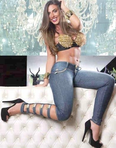 Nicole Bahls posa de sutiã de spikes e jeans justíssimos em campanha