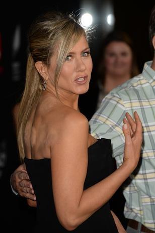 Após tratamento, Jennifer Aniston aparece com marcas nas costas