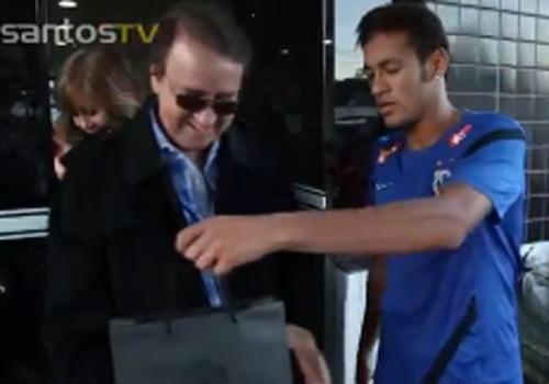 Kiko, do seriado Chaves, ensina nova coreografia para Neymar