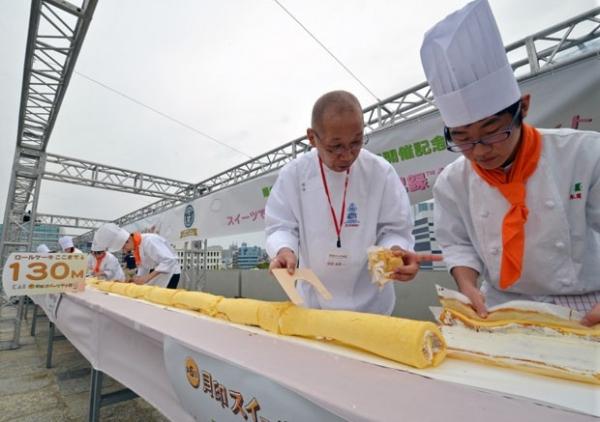 Por recorde, japoneses preparam rocambole mais longo do mundo