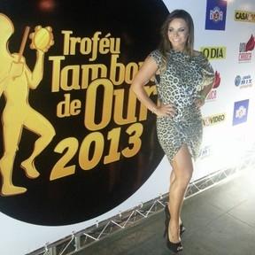 Viviane Araújo usa vestido com estampa de oncinha em premiação