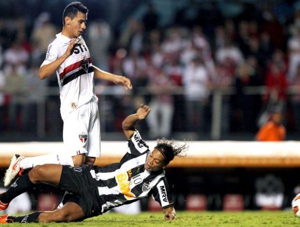 Ronaldinho fala em treino e Rogério Ceni se irrita: