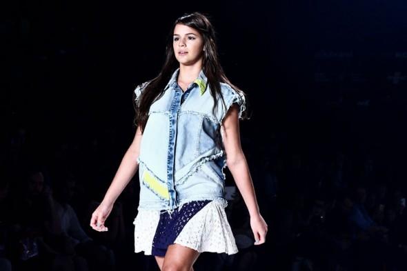 Entre mimos e elogios, Bruna Marquezine desfila no Fashion Rio